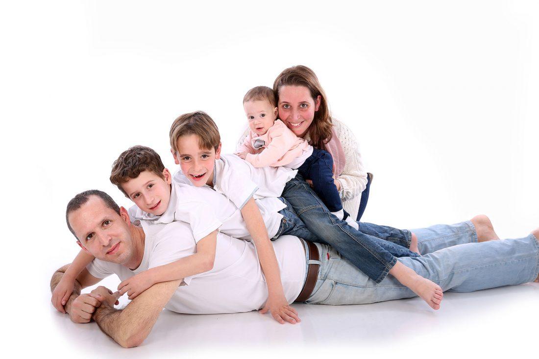 צילום משפחה בסטודיו צעדים, סטודיו ממוזג ומאובזר עם מספר סטים פתוחים לתוצאה מקסימלית